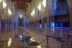 阿拉伯曲拱和装饰品在哈桑二世mos内部 免版税库存照片