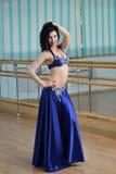 阿拉伯服装的,东方舞蹈年轻美丽的性感的肚皮舞表演者 库存照片