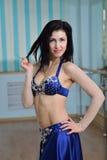 阿拉伯服装的,东方舞蹈年轻美丽的性感的肚皮舞表演者 免版税图库摄影