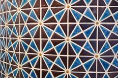 阿拉伯样式布朗和蓝色色的几何样式马赛克铺磁砖了曲线墙壁 免版税库存照片