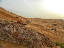 阿拉伯沙漠徒步旅行队 库存照片