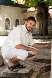 年轻阿拉伯沙特酋长管辖区人画象  免版税库存图片