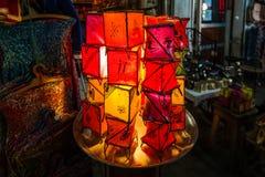 阿拉伯灯和灯笼在马拉喀什,摩洛哥 免版税库存照片