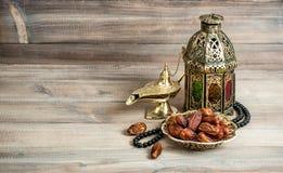 阿拉伯灯笼,日期念珠 伊斯兰教的假日概念 免版税库存图片