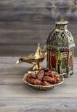 阿拉伯灯笼,金黄灯,果子 ramadan的kareem 库存图片