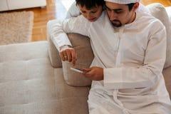 阿拉伯父亲和儿子 免版税库存图片