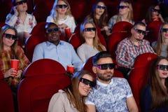 阿拉伯男人和深色的妇女戏院的 库存图片