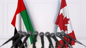 阿拉伯联合酋长国和加拿大的旗子在国际会议或交涉新闻招待会 股票录像