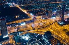 阿拉伯联合酋长国,迪拜, 06/14/2015,街市迪拜未来派市霓虹灯和回教族长zayed从世界最高的塔射击的路 库存图片