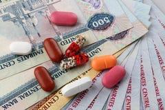 阿拉伯联合酋长国货币迪拉姆和医学、胶囊和药片 图库摄影