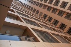 阿拉伯联合酋长国/迪拜- 9/12/2012 -从下面被看见的现代大厦 免版税库存图片