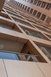 阿拉伯联合酋长国/迪拜- 9/12/2012 -从下面被看见的现代大厦 图库摄影