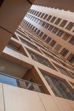 阿拉伯联合酋长国/迪拜- 9/12/2012 -从下面被看见的现代大厦 免版税图库摄影