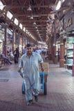 阿拉伯联合酋长国/迪拜10/4/2012 -本地工人装货装载 图库摄影