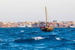 阿拉伯航行单桅三角帆船 库存图片