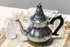 阿拉伯茶题材 有玻璃的金属茶壶 免版税图库摄影
