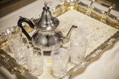 阿拉伯茶 有玻璃的茶壶在金属盘子 图库摄影