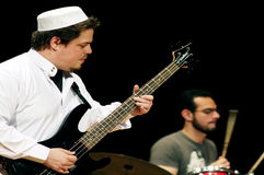 阿拉伯衣裳的吉他弹奏者 库存照片
