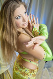 阿拉伯跳舞衣裳的女孩 免版税库存照片