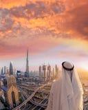 阿拉伯迪拜的人观看的都市风景有现代未来派建筑学的在阿联酋 库存图片