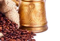 阿拉伯铜土耳其人和分散的咖啡粒 免版税库存图片