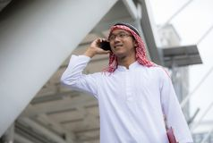 阿拉伯阿拉伯商人谈话在手机 库存图片