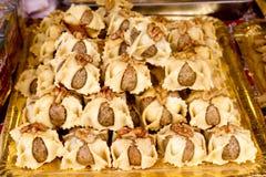 阿拉伯面包店蛋糕酥皮点心堆积了甜&# 免版税库存照片