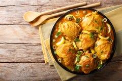 阿拉伯食物:被炖的鸡用柠檬、葱、香料和gr 免版税图库摄影