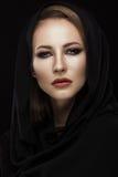 阿拉伯围巾的美丽的女孩有东方构成的 秀丽表面 免版税库存图片