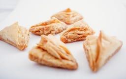 阿拉伯Eid约会被隔绝的甜点 东方甜点用蜂蜜和坚果 免版税库存图片
