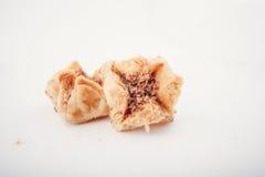 阿拉伯Eid约会被隔绝的甜点 东方甜点用蜂蜜和坚果 免版税库存照片
