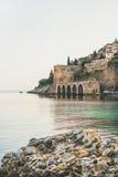 阿拉尼亚中世纪堡垒、墙壁、造船厂和地中海,土耳其 库存照片