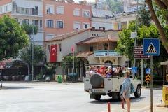阿拉尼亚,土耳其, 2017年7月:4WD吉普游览的游人乘坐在城市街道下 免版税库存照片