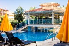 阿拉尼亚,土耳其, 9月8日 旅馆酒吧位于在游泳池 别墅向日葵 暑假概念 库存图片