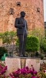 阿拉尼亚,土耳其- 2015年5月01日:阿塔图尔克雕象在红色塔Kizil Kule的背景中 免版税库存照片