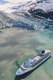 阿拉斯加与游轮的冰河海湾空中照片  免版税库存图片