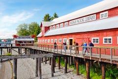 阿拉斯加冰冷的海峡点罐头工厂访客 免版税库存照片
