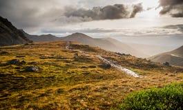 阿拉斯加在日落的山风景 库存照片