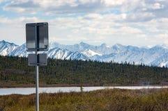 阿拉斯加在葛伦高速公路的路标 免版税库存图片