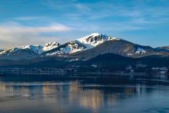 阿拉斯加山和海 免版税库存图片