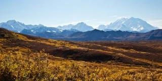 阿拉斯加山脉在秋天 免版税库存照片
