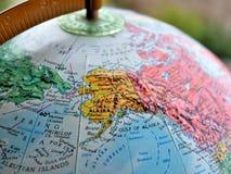 阿拉斯加州在地球地图的焦点宏观射击旅行博克、社会媒介、网站横幅和背景的 库存图片