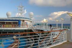阿拉斯加滚滚向前的云彩巡航甲板船 库存图片
