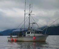 阿拉斯加的小船捕鱼 免版税库存图片
