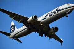 阿拉斯加航空进来为着陆的波音737 图库摄影