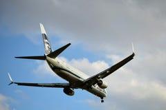阿拉斯加航空进来为着陆的波音737 库存照片