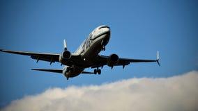 阿拉斯加航空进来为着陆的波音737 库存图片