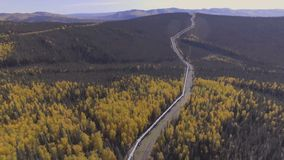 阿拉斯加输油管,多尔顿高速公路的空中英尺长度在秋季的 股票视频