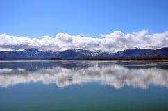 阿拉斯加风景蓝天反射在水中 免版税图库摄影