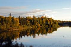 阿拉斯加风雨如磐秋天的湖 免版税库存图片